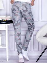 Szaro-różowe spodnie dresowe we wzór moro                                   zdj.                                  2