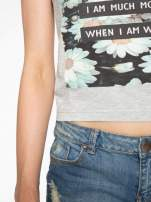 Szary krótki t-shirt z nadrukiem stokrotek i napisem                                  zdj.                                  6
