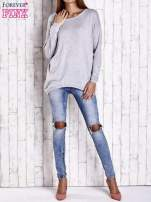 Szary nietoperzowy sweter oversize z dłuższym tyłem                                  zdj.                                  2