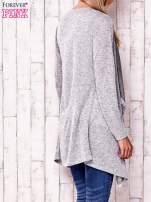 Szary sweter z ciemniejszą nitką