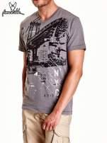 Szary t-shirt męski z miejskim nadrukiem                                                                          zdj.                                                                         5