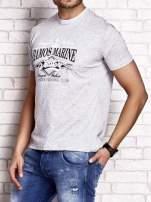 Szary t-shirt męski z napisami i kotwicą                                                                          zdj.                                                                         3