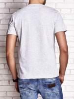 Szary t-shirt męski z napisami i liczbą 83                                                                          zdj.                                                                         4