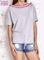 Szary t-shirt z kolorowymi pomponikami przy dekolcie                                                                          zdj.                                                                         1