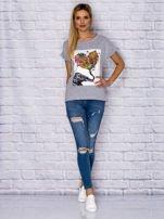 Szary t-shirt z malarskim nadrukiem                                  zdj.                                  4