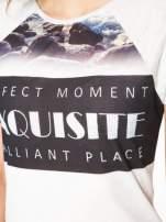 Szary t-shirt z nadrukiem pejzażu i napisem EXQUISTE z dżetami                                  zdj.                                  7