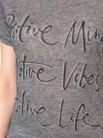 Szary t-shirt z napisem POSITIVE MIND z dżetami                                  zdj.                                  7