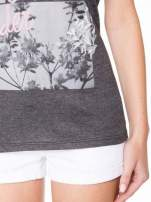 Szary t-shirt z romantycznym nadrukiem dziewczyny                                  zdj.                                  8