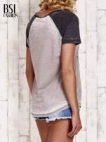 Szary t-shirt z różą efekt acid wash                                  zdj.                                  4