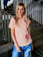 T-shirt damski brzoskwiniowy z naszywką                                  zdj.                                  1