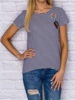 T-shirt damski w drobne paski z naszywkami granatowy                                   zdj.                                  1