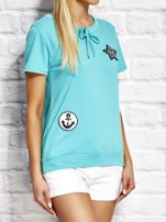T-shirt damski z wiązaniem i naszywkami zielony                                  zdj.                                  3