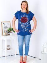 T-shirt granatowy z różą PLUS SIZE                                  zdj.                                  4