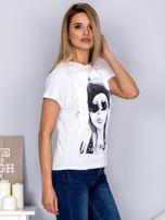 T-shirt z nadrukiem dziewczyny i rozcięciem biały                                  zdj.                                  3