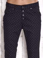 TOM TAILOR Czarne spodnie z graficznym nadrukiem                                  zdj.                                  4