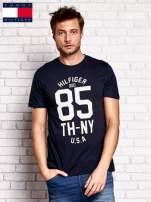 TOMMY HILFIGER Granatowy t-shirt męski z napisem 85                                  zdj.                                  1
