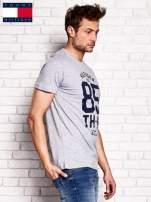 TOMMY HILFIGER Szary t-shirt męski z napisem 85                                  zdj.                                  2