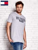TOMMY HILFIGER Szary t-shirt męski z napisem HILFIGER DENIM                                  zdj.                                  2