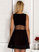 Trapezowa sukienka koktajlowa z zakładkami czarna PLUS SIZE                                  zdj.                                  2