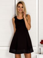 Trapezowa sukienka koktajlowa z zakładkami czarna PLUS SIZE                                  zdj.                                  1