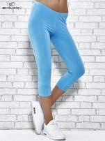 Turkusowe legginsy sportowe z dżetami i marszczoną nogawką za kolano