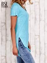 Turkusowy długi t-shirt z rozporkami z boku                                  zdj.                                  3
