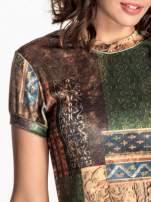 Zielona mini sukienka w patchworkowy wzór