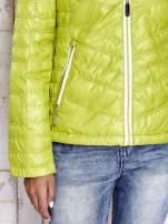 Zielona pikowana kurtka z wykończeniem w groszki                                  zdj.                                  10