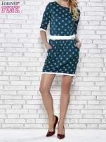 Zielona sukienka we wzory z podkreśloną talią                                                                          zdj.                                                                         2