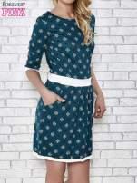 Zielona sukienka we wzory z podkreśloną talią                                                                          zdj.                                                                         1