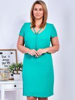 Zielona sukienka z ozdobnym wiązaniem PLUS SIZE                                  zdj.                                  1