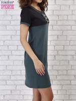 Zielona sukienka ze złotymi guzikami