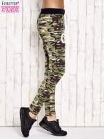 Zielone ocieplane spodnie dresowe motyw militarny                                  zdj.                                  2
