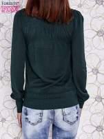 Zielony sweter z aplikacją i kokardą przy dekolcie