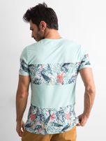 Zielony t-shirt męski z motywem roślinnym                                  zdj.                                  2