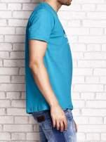 Zielony t-shirt męski z nadrukiem napisów i cyfrą 9                                  zdj.                                  4