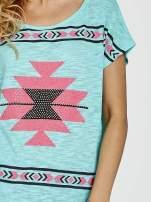 Zielony t-shirt we wzory azteckie z dżetami                                  zdj.                                  5