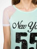 Zielony t-shirt z nadrukiem NEW YORK 55 i siatkowymi rękawami                                                                          zdj.                                                                         5