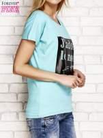 Zielony t-shirt z napisem J'ADORE LE NOIR                                  zdj.                                  3