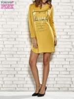 Żółta sukienka ze złotym napisem UNIQUE                                  zdj.                                  2