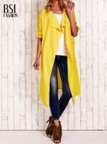 Żółty płaszcz o szlafrokowym kroju