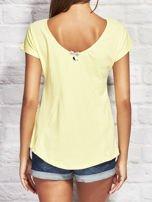 Żółty t-shirt z kolorowym motylem                                  zdj.                                  2