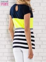 Żółty t-shirt z motywem pasków i aplikacją na dekolcie                                  zdj.                                  4